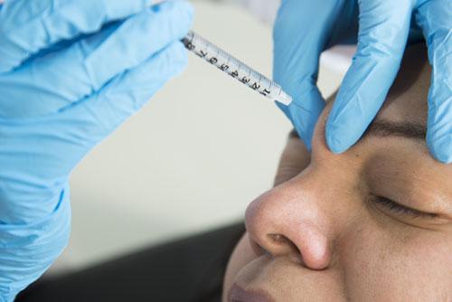 Foto de una inyeccion en la frente de la paciente